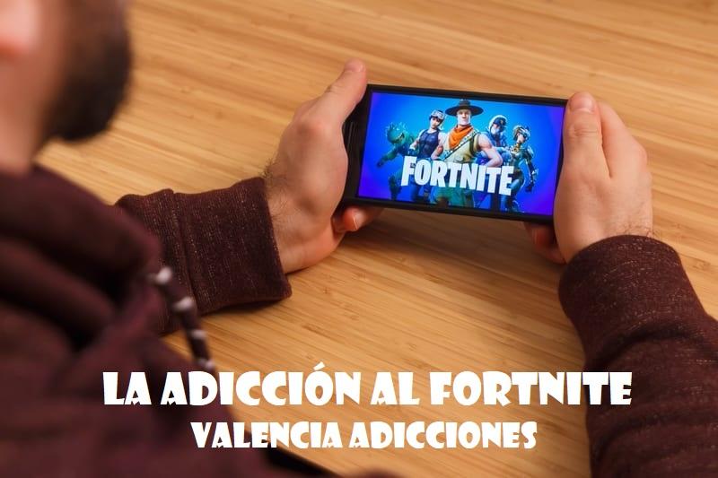 Un adicto a fortnite en Valencia jugando en su móvil. El tratamiento de la adicción a Fortnite.