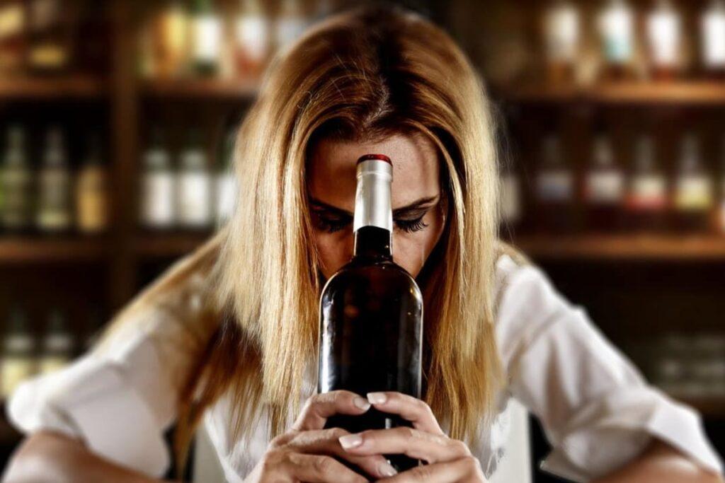Mujer con alcoholismo queriendo dejar de beber