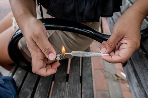 Dejar los porros implica dejar de fumar cannabis.
