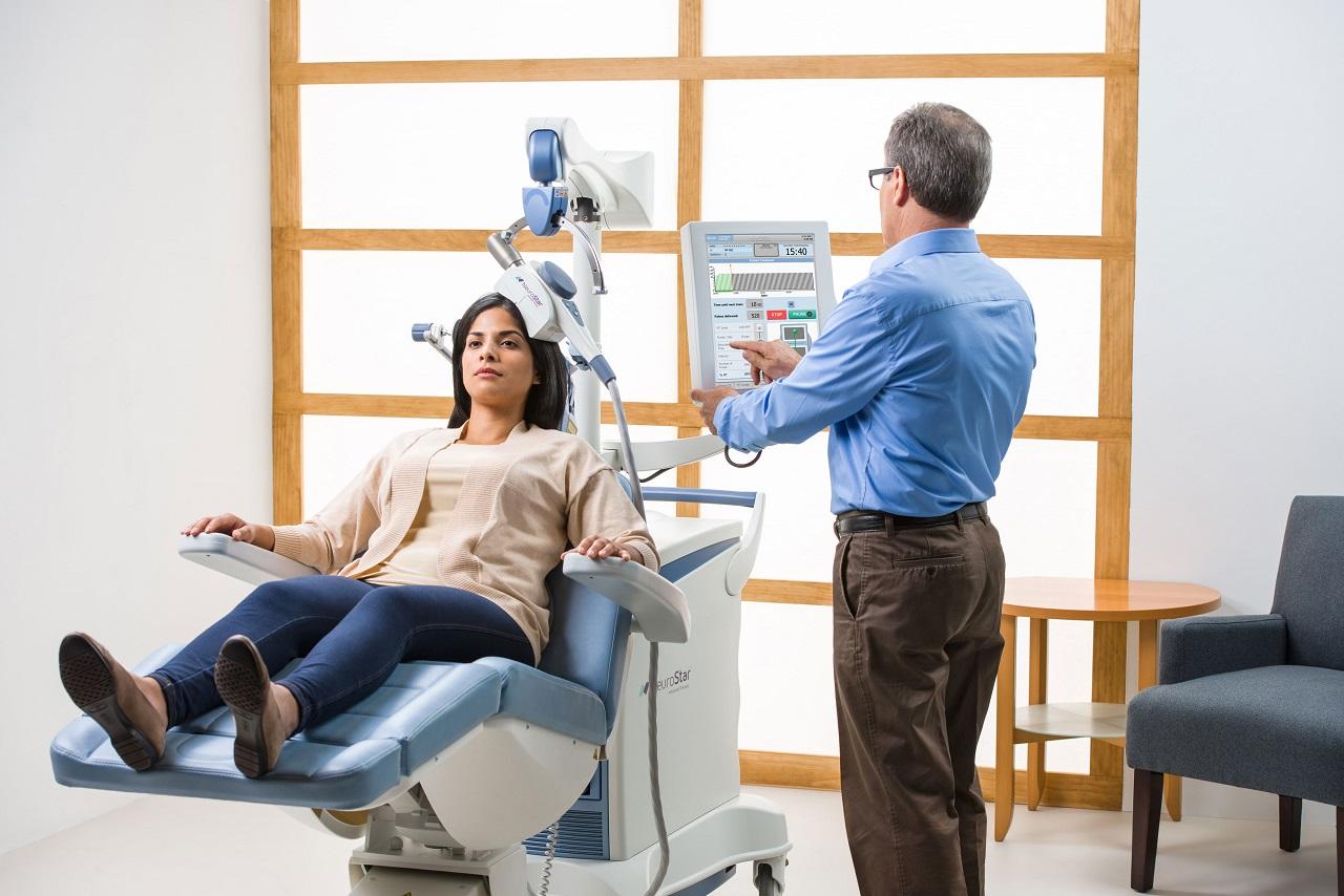 Mujer en tratamiento EMT (estimulación magnética transcraneal).Una de las nuevas terapias avanzadas