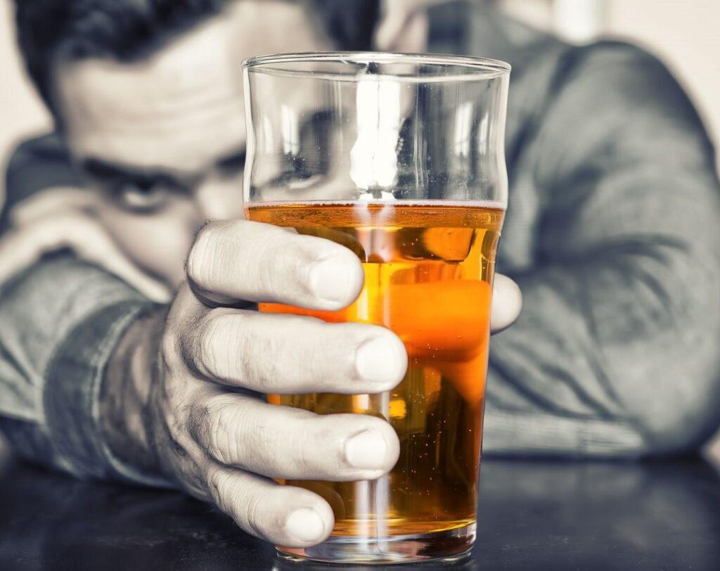 Hombre con adicción al alcohol en Valencia