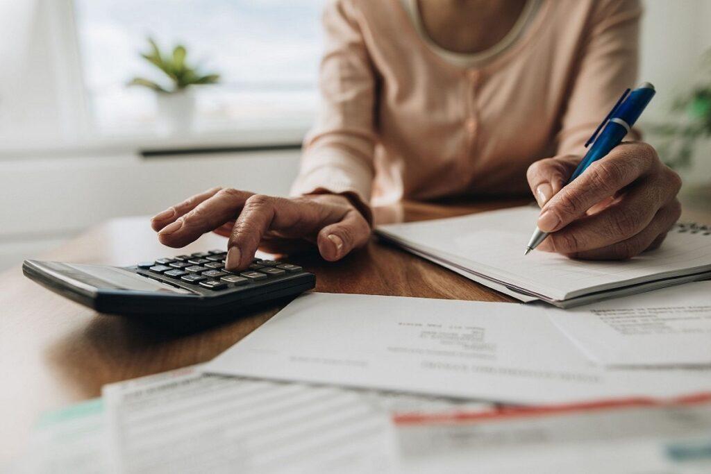 Una mujer comparando los precios a la hora de elegir entre distintos centros de desintoxicación
