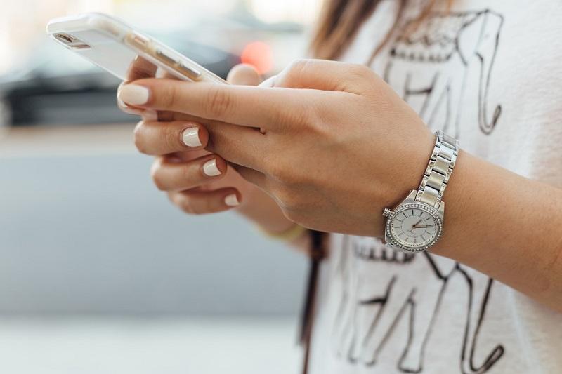 Chica usando el móvil. Existe un test para saber si tienes adicción al teléfono móvil.