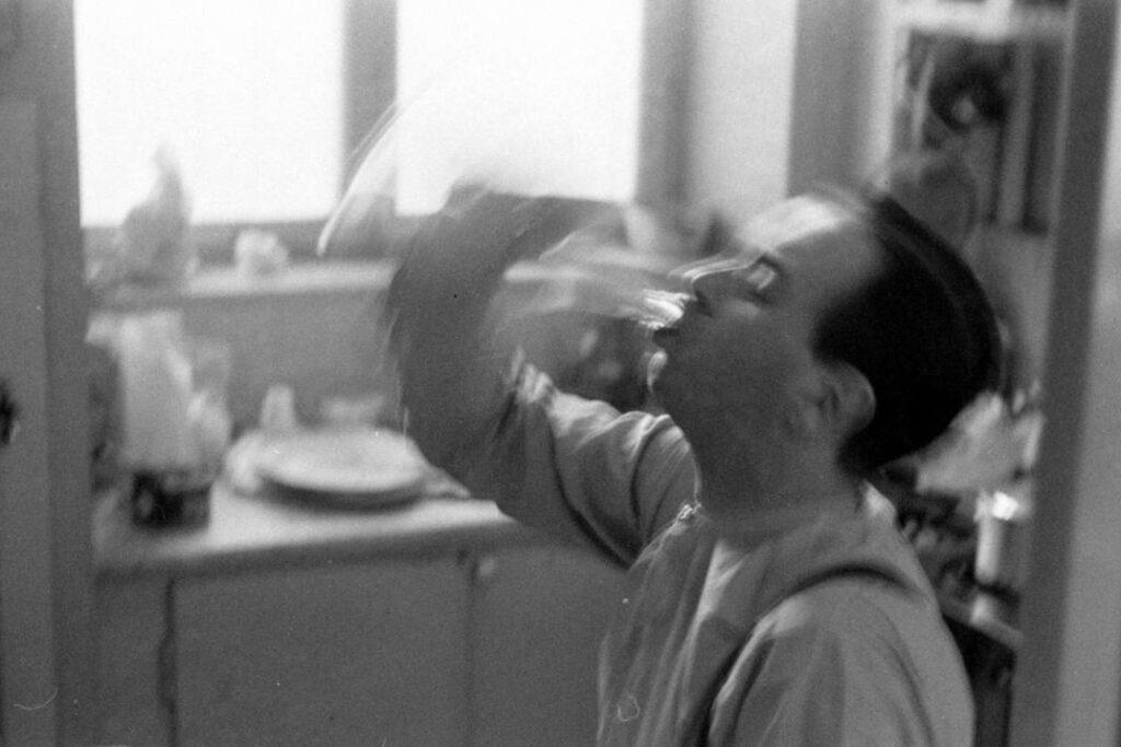 un alcohólico no puede evitar dejar de beber alcohol.
